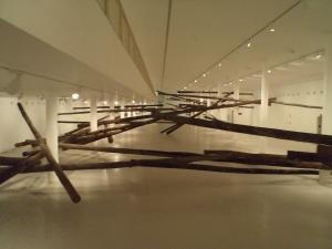 """Vista de parte da instalação """"Sala de Espera"""", de Carlito Carvalhosa na nova sede do MAC-USP. Foto: Jorge Almeida"""
