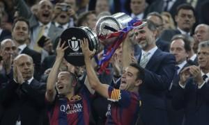 Iniesta e Xavi (com faixa de capitão) erguem o troféu da Copa do Rey conquistada pelo Barcelona. Foto: Emilio Morenatti/AP