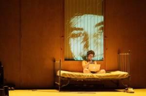 """No solo, autor de """"Incêndios"""" mistura elementos autobiográficos a sua admiração por Robert Lepage para questionar o significado de raízes, valores, cultura e vida. Créditos: Thibaut Baron"""