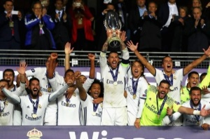 Sergio Ramos, autor de um dos gols da decisão, ergue o troféu da Supercopa da Europa. Créditos: www.uefa.com